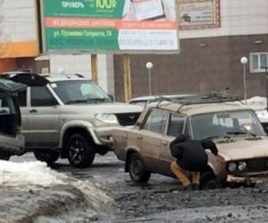 В Архангельске автомобиль провалился в дорожную яму