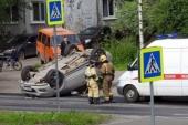 В центре Архангельска перевернулся внедорожник