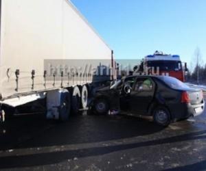 В Архангельске столкнулись грузовик и легковушка