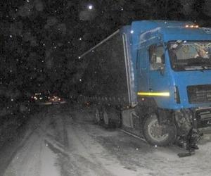 На трассе в Поморье при столкновении с «МАЗом» погиб шофер легковушки