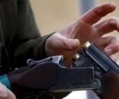 В Поморье мужчина поджог авто соседа, а после открыл огонь из оружия