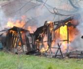 В поселке Октябрьский произошло возгорание сарая рядом с жилым домом