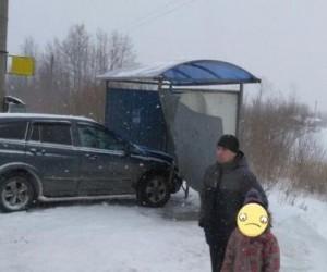 В Архангельске внедорожник влетел в автобусную остановку