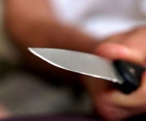 В Коряжме мужчину ранили ножом за столом