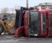 В Архангельске на Краснофлотском мосту перевернулся груженый щебнем самосвал