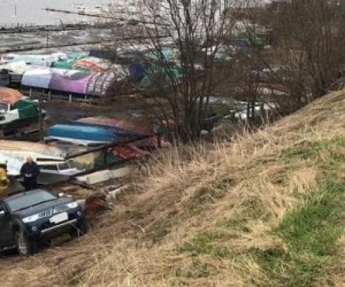 ВАрхангельске автомобиль, припаркованный наберегу, скатился вниз спятиметровой высоты