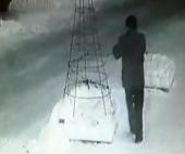 Правоохранители заинтересованы видеозаписью кражи гирлянды с елки