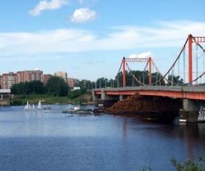 В Архангельске в Кузнеченский мост врезалась баржа