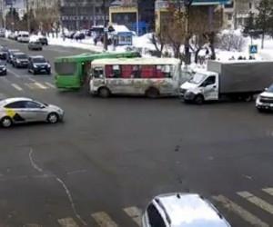 В Архангельске столкнулись два автобуса
